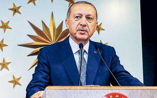 Οι γεωπολιτικές τριβές που προξενούν οι αποφάσεις του προέδρου Ερντογάν έχουν οδηγήσει την τουρκική λίρα σε κατάρρευση. Από τα μέσα Ιουλίου, έχει μειωθεί κοντά στο 14% έναντι του δολαρίου και τώρα περισσότερο από 25% από τις αρχές του έτους.