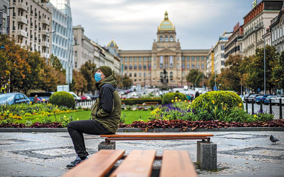 Σε μερικό lockdown τέθηκε και η Τσεχία, με κλειστά σχολεία, μπαρ, θέατρα, γυμναστήρια και πισίνες (φωτ. EPA).