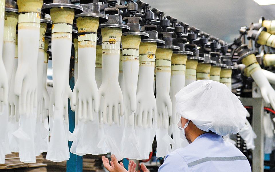H Mercator, η οποία διατηρεί το εργοστάσιό της για την παραγωγή των γαντιών στην Ταϊλάνδη, ανακοίνωσε ότι τα κέρδη της για την περίοδο του τρίτου τριμήνου ανέρχονται στα 356,2 εκατομμύρια ζλότι (92,64 εκατομμύρια δολάρια), όταν πριν από ένα χρόνο έφθαναν το 1,3 εκατ. ζλότι (339.000 δολάρια).