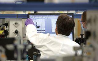 Οι επιστήμονες καταβάλλουν υπεράνθρωπες προσπάθειες για να αποκρυπτογραφήσουν όλα τα μυστικά του κορωνοϊού (φωτ. A.P.).