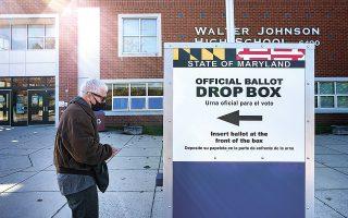 Σχεδόν 15 εκατομμύρια Αμερικανοί είχαν ψηφίσει μέχρι χθες μέσω της επιστολικής και της πρώιμης ψήφου, γεγονός που δεν έχει προηγούμενο στα πολιτικά χρονικά της χώρας (φωτ. EPA).