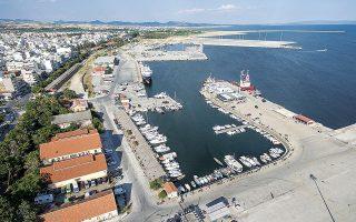 Το λιμάνι της Αλεξανδρούπολης εμφανίζει ισχυρές προοπτικές για τον προτιμητέο επενδυτή, καθώς προσφέρει δυνατότητα εξυπηρέτησης συνδυασμένων μεταφορών με θαλάσσια, οδικά, σιδηροδρομικά και εναέρια μέσα.