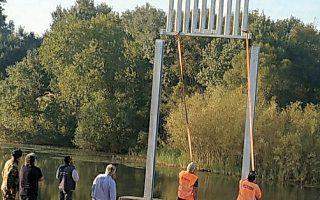 Το πρώτο τμήμα του νέου φράχτη στον Εβρο τοποθετείται στη θέση του, καθώς εδώ και λίγα εικοσιτετράωρα ξεκίνησαν οι εργασίες κατασκευής του στις Φέρες (Φωτ. e-evros.gr).