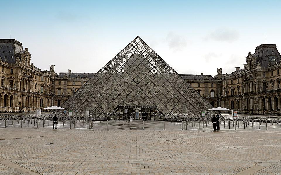 Η εξέλιξη της πανδημίας έχει οδηγήσει πολλές κυβερνήσεις στην επιβολή νέων περιοριστικών μέτρων, με τον Γάλλο πρόεδρο Εμανουέλ Μακρόν να ανακοινώνει την εβδομάδα που διανύσαμε αυστηρότερα μέτρα για το Παρίσι και άλλες μεγάλες πόλεις της Γαλλίας (φωτ. A.P.).