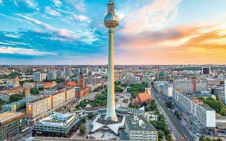 Στη γερμανική κυβέρνηση πιστεύουν ότι οι οικονομικές επιδόσεις θα επανέλθουν στο επίπεδο προ κρίσης μάλλον περί τα τέλη του 2021. Ακόμη και τότε θα βρίσκονται 2,5 ποσοστιαίες μονάδες κάτω από τα επίπεδα που θα μπορούσαν να είχαν επιτευχθεί εάν δεν είχε ξεσπάσει πανδημία.