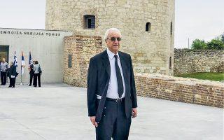 Ο καθηγητής Νίκος Ζίας σε παλαιότερη φωτογραφία, στον Πύργο Νεμπόισα, στο Βελιγράδι.