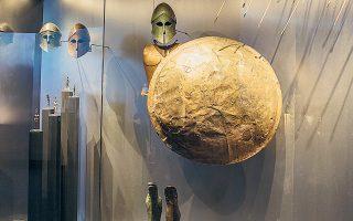 Εξαρτύσεις πολεμιστών και εκθέματα από τις συλλογές του ΕΑΜ και άλλων αρχαιολογικών μουσείων παρουσιάζονται στην έκθεση (φωτ. ΕΘΝΙΚΟ ΑΡΧΑΙΟΛΟΓΙΚΟ ΜΟΥΣΕΙΟ).