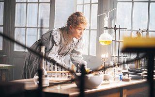 H σπουδαία ηθοποιός Ρόζαμουντ Πάικ ως Μαρί Κιουρί στην ταινία «Radioactive» της Μαρζάν Σατραπί.