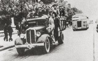 28 Οκτωβρίου 1940. Με κάθε μέσο οι πολίτες σπεύδουν στα κέντρα κατάταξης.