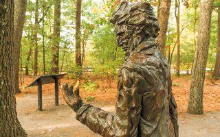 Αγαλμα του Χένρυ Ντέιβιντ Θορώ στη λίμνη Γουόλντεν, στο Κόνκορντ της Μασαχουσέτης, πλάι στην καλύβα όπου έζησε. (Φωτ. SHUTTERSTOCK)