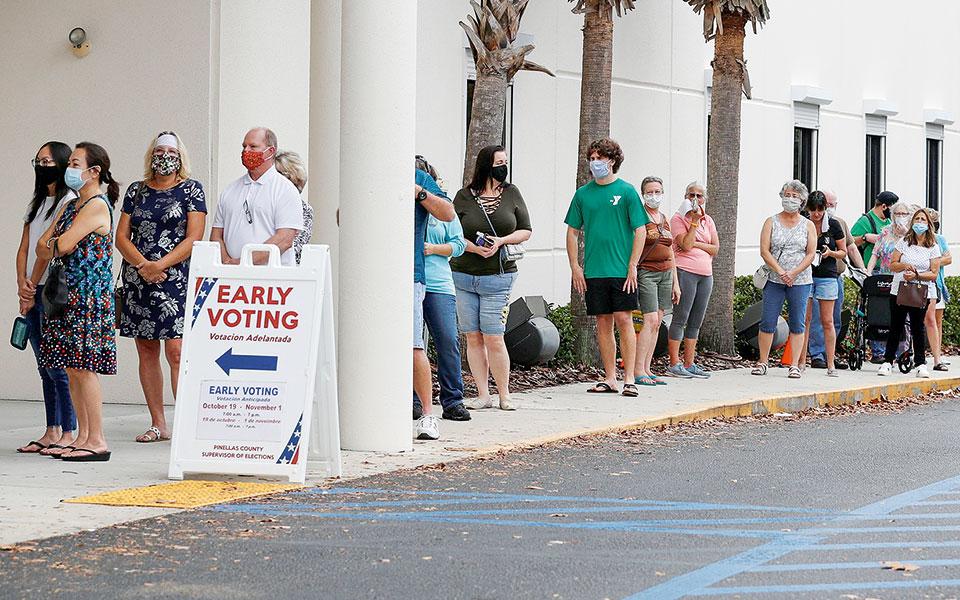 Πολίτες στη σειρά έξω από εκλογικό τμήμα, καθώς η διαδικασία της ψηφοφορίας έχει ήδη αρχίσει στο Λάργκο της Φλόριντα. (Φωτ. REUTERS)
