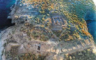 Τα ανασκαφικά μέτωπα της βραχονησίδας «Βρυοκαστράκι» απέναντι από το Βρυόκαστρο, την αρχαία πόλη της Κύθνου (φωτ. ΚΩΣΤΑΣ ΞΕΝΙΚΑΚΗΣ)