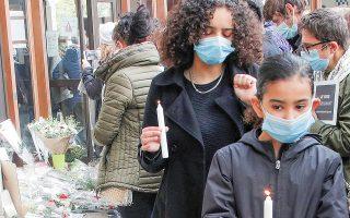 Μαθήτριες με κεριά στο σημείο όπου δολοφονήθηκε ο καθηγητής Σαμιέλ Πατί (φωτ. A.P.).