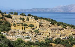 Στο προαύλιο της πρωτεύουσας υπάρχει ένας «γνωστός-άγνωστος» αρχαιολογικός χώρος με πολυσέλιδη ιστορική διαδρομή, όπου κάποτε βρισκόταν ο παράλιος δήμος του Ραμνούντος, βιγλάτορας του νότιου Ευβοϊκού, στρατηγικός προμαχώνας της Αθήνας. Την ονομασία του οφείλει στον ταπεινό ράμνο, έναν αειθαλή θάμνο, σκληρό καρύδι στις αγριάδες του καιρού και στις ασθένειες, διάσπαρτα γνωστό στην Ελλάδα και ως αμπαλόρος, καζουλό, μαζουλιά, μαυραγκαθιά, λατσιχεριά κ.ά. Τόπος ξακουστός για το ιερό της Νεμέσεως της Ραμνουσίας, γενέθλια γη του Αντιφώντος και άλλων επιφανών ανδρών, εκεί περί τα τέλη Βοηδρομιώνος (ο δικός μας Σεπτέμβριος) τελούνταν τα Νεμέσεια. Το πρόγραμμα περιελάμβανε και λαμπαδηφορίες  ευθύκορμων εφήβων, υπερήφανων που υπηρετούσαν τη θητεία τους στο φρούριο της περιοχής. Οι μαθητές που ξεναγούνται σήμερα από τους δασκάλους τους στον Ραμνούντα εκδηλώνουν ποικιλοτρόπως στη συνέχεια τον ενθουσιασμό τους για την εκπαιδευτική επίσκεψη.
