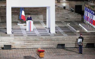 Με την ομιλία του για την εκτέλεση του καθηγητή Samuel Paty στη Σορβόννη, ο Γάλλος πρόεδρος Μακρόν σηματοδότησε μια βαθιά στροφή, αλλαγή πορείας, σε σχέση με τη διαδρομή από τις μεταπολεμικές δεκαετίες ώς σήμερα. (Φωτ. REUTERS)