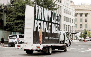 «Ο Τραμπ ψεύδεται, ο κόσμος πεθαίνει». Οχημα στην Ουάσιγκτον σε καμπάνια κατά του Αμερικανού προέδρου. Η 3η Νοεμβρίου παραμένει ένα δημοψήφισμα για τον Ντόναλντ Τραμπ, το οποίο, όπως όλα δείχνουν, χάνει. (Φωτ. REUTERS / Yuri Gripas)