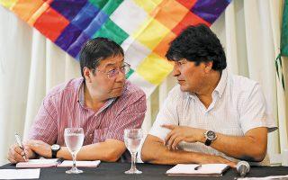 O Εβο Μοράλες (δεξιά) και ο Λουίς Αρσε (αριστερά) στα δεκατέσσερα χρόνια που κυβέρνησαν –πρόεδρος ο πρώτος, υπουργός Οικονομικών ο δεύτερος– υπερδιπλασίασαν το ΑΕΠ της Βολιβίας. (Φωτ. REUTERS / Agustin Marcarian)