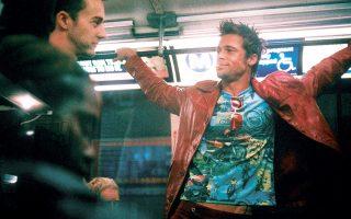 Ο Εντουαρντ Νόρτον με τον Μπραντ Πιτ σε σκηνή από το «Fight Club». Το δερμάτινο τζάκετ του δεύτερου ίσως πιάσει μέχρι 33.000 ευρώ σε δημοπρασία της Prop Store.