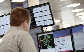 Οι Αρχές ερευνούν χρηματιστηριακές συναλλαγές που έγιναν κοντά στις ημερομηνίες καταβολής μερισμάτων. Πρόκειται για αμφιλεγόμενη πρακτική, η οποία συνίσταται στη διεκπεραίωση πράξεων με πολύ γρήγορο ρυθμό και στόχο τις επικαλυπτόμενες επιστροφές φόρων κατά την πληρωμή μερισμάτων (φωτ. Reuters).
