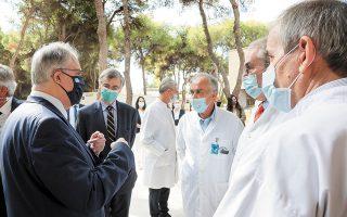 Ο πρόεδρος της Βουλής με τον Σωτήρη Τσιόδρα και τους ιατρούς.