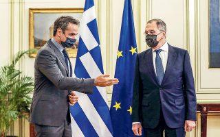 Ο πρωθυπουργός Κυριάκος Μητσοτάκης χαιρέτισε τη ρωσική δήλωση περί αδιαμφισβήτητου ελληνικού δικαιώματος επέκτασης των χωρικών υδάτων στα 12 ναυτικά μίλια. Ο κ. Λαβρόφ επισήμανε πως η Ρωσία μπορεί να μεσολαβήσει εφόσον υπάρχει βούληση από όλες τις πλευρές, ενώ πρόσθεσε ότι επιθυμεί ανάπτυξη των σχέσεων και ευελπιστεί πως η Ε.Ε. και το ΝΑΤΟ δεν θα τις εμποδίσουν (φωτ. REUTERS / Alkis Konstantinidis).