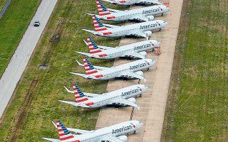 Η American Airlines εμφανίζει ζημίες 30 εκατ. δολαρίων σε ημερήσια βάση, ενώ η γερμανική Lufthansa ανακοίνωσε ότι η μείωση των δρομολογίων κατά τη διάρκεια του χειμώνα θα μεταφραστεί στην καθήλωση επιπλέον 125 αεροσκαφών (φωτ. Reuters).