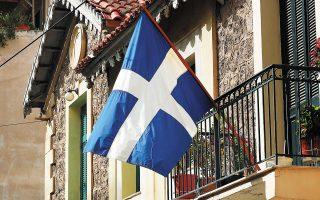 Η ελληνική σημαία κυματίζει σε μπαλκόνια πολυκατοικιών σε όλη τη χώρα. Λόγω πανδημίας ματαιώθηκαν φέτος, για πρώτη φορά, οι μαθητικές παρελάσεις και η στρατιωτική παρέλαση στη Θεσσαλονίκη. (Φωτ. ΝΙΚΟΣ ΚΟΚΚΑΛΙΑΣ)