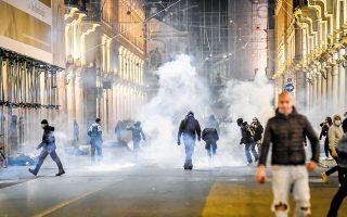 Στον ιταλικό Βορρά, χιλιάδες διαδηλωτές κατέβηκαν τους δρόμους προκειμένου να εκφράσουν την οργή τους για τους νέους περιορισμούς, όπως το κλείσιμο εστιατορίων, μπαρ, γυμναστηρίων και κινηματογράφων. (Φωτ. A.P.)