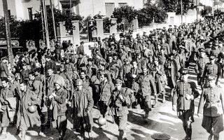 Ιταλοί στρατιώτες που αιχμαλωτίστηκαν από τον ελληνικό στρατό στο αλβανικό μέτωπο, στους δρόμους της Αθήνας τον Φεβρουάριο του 1941. (Φωτ. A.P. Photo)