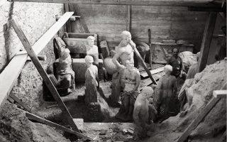 «Καθ' όλη τη διάρκεια της Κατοχής οι Ελληνες αρχαιολόγοι φρόντισαν όχι μόνον για την με κάθε τρόπο φύλαξη των αρχαίων έναντι των κινδύνων που επεφύλασσαν γι' αυτά οι κατακτητές, αλλά και για την τήρηση καταλόγων στους οποίους καταχώριζαν κάθε περιστατικό κατάχρησης εξουσίας και παρανομίας εις βάρος των αρχαίων», λέει ο Μανόλης Κορρές.