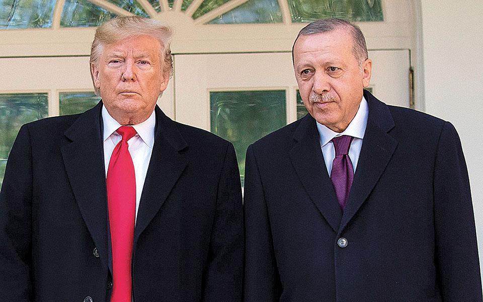 Η προθυμία του Ντόναλντ Τραμπ να εξυπηρετήσει τον Ταγίπ Ερντογάν έχει γίνει επανειλημμένως αντικείμενο κριτικής (φωτογραφία αρχείου). (Φωτ. Α.Ρ.)