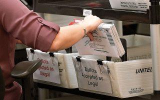 Σχεδόν 77 εκατ. Αμερικανοί είχαν ήδη ψηφίσει μέχρι χθες, είτε με φυσική παρουσία σε εκλογικά κέντρα είτε με επιστολική ψήφο. (Φωτ. Α.Ρ.)