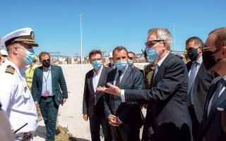 Ο υπουργός Εθνικής Αμυνας Νίκος Παναγιωτόπουλος και ο πρέσβης των ΗΠΑ στην Αθήνα, Τζέφρεϊ Πάιατ, στο λιμάνι της Αλεξανδρούπολης, τον περασμένο Ιούλιο, στο πλαίσιο της νατοϊκής άσκησης Atlantic Resolve 2020.
