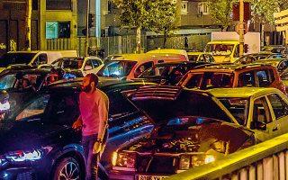 Kυκλοφοριακό χάος προκάλεσε το νέο lockdown στη Γαλλία, καθώς, λίγες ώρες πριν τεθεί σε εφαρμογή, εκατομμύρια Γάλλοι προσπάθησαν να δραπετεύσουν από το Παρίσι και άλλα μεγάλα αστικά κέντρα. (Φωτ.)