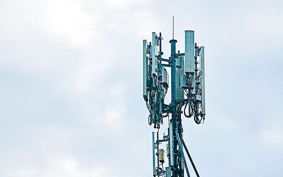 Σε ορίζοντα τριών ετών εκτιμάται ότι το 60% της επικράτειας θα έχει κάλυψη 5G, ενώ «κλειδί» προκειμένου το Ιντερνετ πέμπτης γενιάς να καταστεί σημαντική πηγή εσόδων για τους παρόχους είναι η διεύρυνση της χρήσης των συμβατών συσκευών κινητής. (Φωτ. Shutterstock)