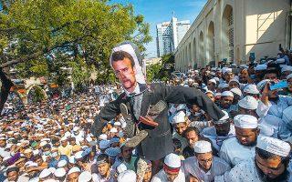 Χιλιάδες μουσουλμάνοι διαδήλωσαν χθες στην πρωτεύουσα του Μπανγκλαντές εναντίον του Γάλλου προέδρου Εμανουέλ Μακρόν.(Φωτ. EPA/MONIRUL ALAM)