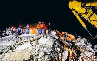 Ερευνες για επιζώντες κάτω από τα συντρίμμια στη Σμύρνη. (Φωτ. REUTERS/Murad Sezer)
