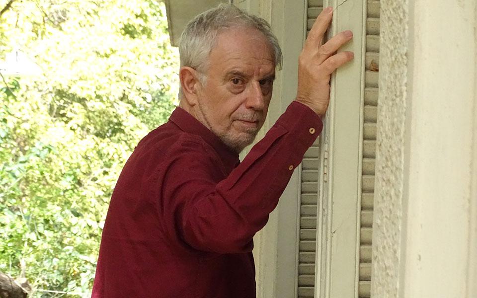 """«Δεν υπάρχει καμία ταινία που να μην την έχω δει με ενδιαφέρον, όσα αρνητικά """"αστέρια"""" και αν πήρε», λέει ο Γιάννης Σολδάτος, ο οποίος επί 45 χρόνια παρακολουθεί και καταγράφει την πορεία της έβδομης τέχνης στη χώρα μας. (Φωτ. ΠΗΝΕΛΟΠΗ ΜΑΣΟΥΡΗ)"""