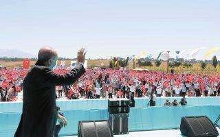Με την οικονομική κρίση να ροκανίζει αισθητά το εισόδημα των Τούρκων, ο Ερντογάν τούς ζητάει «ως καλοί μουσουλμάνοι να κάνουν υπομονή». Φωτ. Turkish Presidency via A.P.