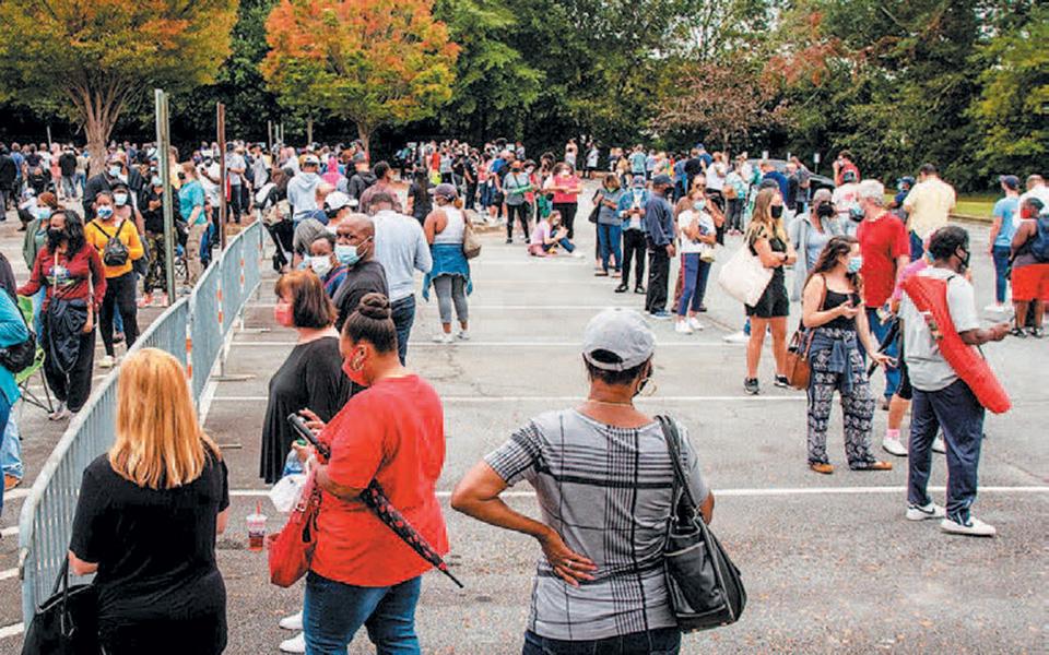 Στην Τζόρτζια, όπου η  ψηφοφορία ξεκίνησε τη Δευτέρα, πολίτες χρειάστηκε να περιμένουν μέχρι και έξι ώρες για να ψηφίσουν (φωτ. A.P.).