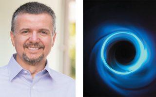 Ο καθηγητής Αστροφυσικής του Πανεπιστημίου της Αριζόνας Δημήτρης Ψάλτης και η εικαστική απεικόνιση της μαύρης τρύπας που χρησιμοποιήθηκε για να ελεγχθεί η θεωρία του Αϊνστάιν.