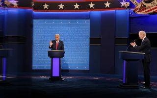 O Nτόναλντ Τραμπ (αριστερά) μιλάει και ο Τζο Μπάιντεν τον χειροκροτά ειρωνικά, στη διάρκεια της τελικής μονομαχίας τους πριν από τις προεδρικές εκλογές, στο Πανεπιστήμιο Μπέλμοντ, στο Νάσβιλ του Τενεσί (φωτ. EPA).