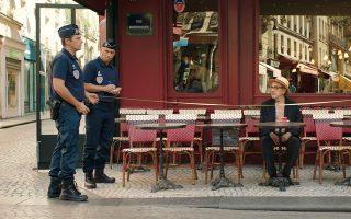 Ο Ελία Σουλεϊμάν (δεξιά) υποδύεται τον εαυτό του, δηλαδή έναν σκηνοθέτη ο οποίος ξεκινά ένα ταξίδι από τη Ναζαρέτ στο Παρίσι και από εκεί στη Νέα Υόρκη, αναζητώντας υλικό και υποστηρικτές για την καινούργια του ταινία.