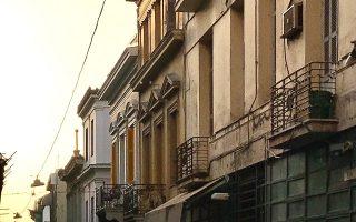 Μέτωπο προπολεμικών κτιρίων στην οδό Περικλέους. (Φωτ. ΝΙΚΟΣ ΒΑΤΟΠΟΥΛΟΣ)