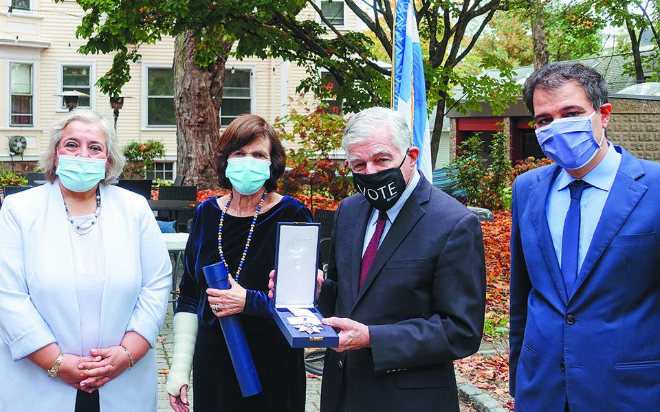 Η πρέσβειρα Αλ. Παπαδοπούλου (αριστερά) με το ζεύγος Δουκάκη και τον πρόξενό μας στη Βοστώνη, Ευστρ. Ευθυμίου.