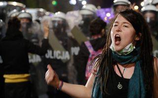 Διαδηλώτρια κατά της απαγόρευσης των αμβλώσεων, χθες, στη Βαρσοβία (φωτ. A.P.).