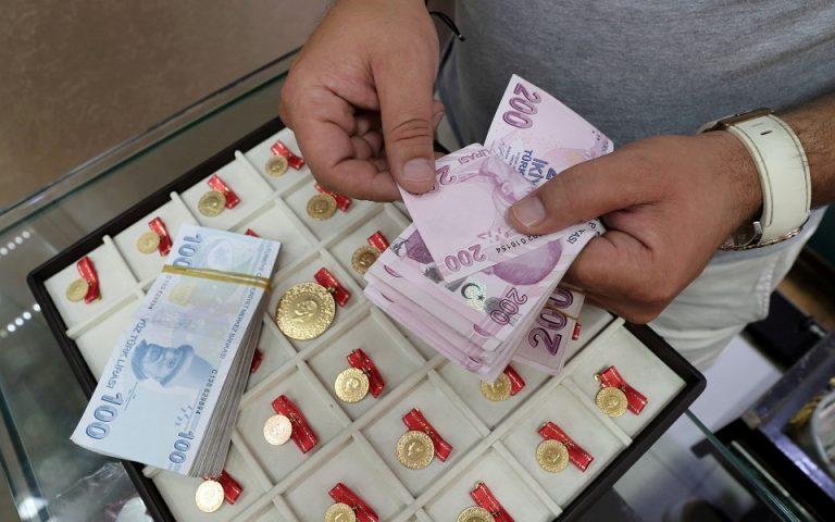 Σε νέο χαμηλό η τουρκική λίρα, πέρα από τις 8 ανά δολάριο