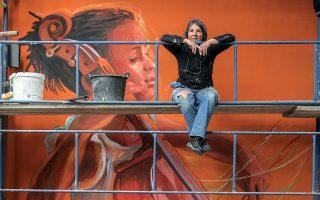 Η εικαστική καλλιτέχνις Σετσίλια Χερέρο-Λαφίν από την Αργεντινή επί το έργον στη οδό Αλεξάνδρου Σβώλου, πίσω από το Δημαρχείο της πόλης. (Φωτογραφίες: Κατερίνα Καμπίτη)