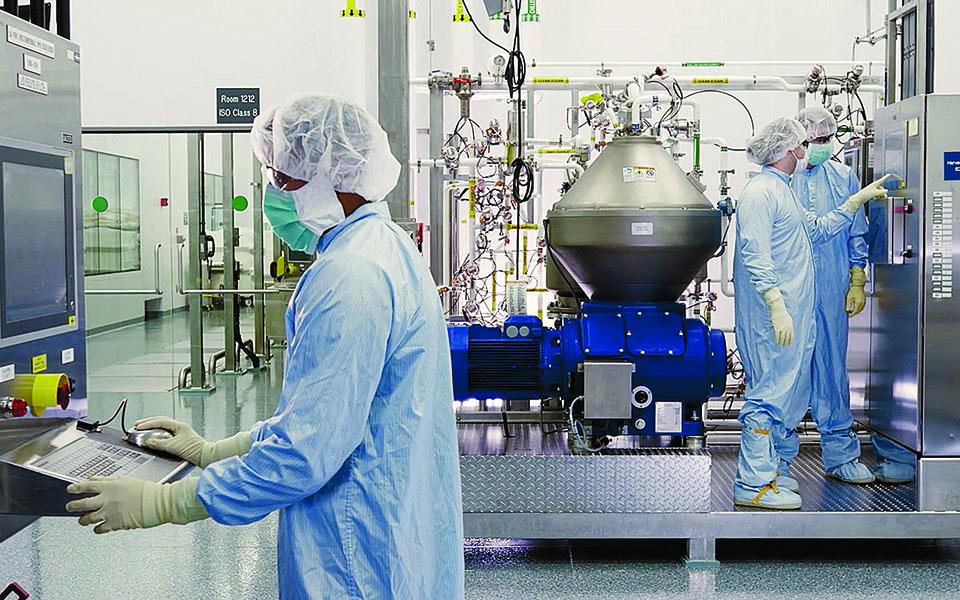 Η Regeneron (φωτ. από τα εργαστήριά της) έχει ήδη καταθέσει αίτηση στον αμερικανικό Οργανισμό Τροφίμων και Φαρμάκων (FDA) για άδεια χρήσης εκτάκτου ανάγκης του κοκτέιλ μονοκλωνικών αντισωμάτων που έχει παρασκευάσει. Φωτ. Regeneron / A.P.