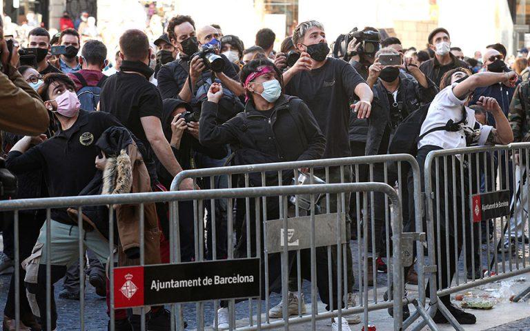 Καταλωνία: Επεισόδια μετά την απόφαση για 15ημερο κλείσιμο μπαρ και εστιατορίων